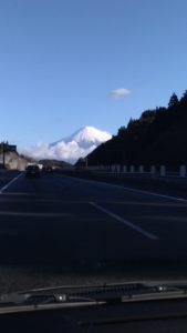 東名高速道路から見える富士山